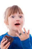 Sorpresa affamata ragazza sporca con torta al cioccolato — Foto Stock