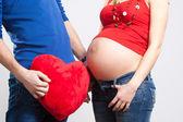 Cuore rosso e pancia incinta — Foto Stock