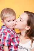 Gelukkig moeder zoenen zoontje — Stockfoto