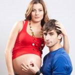 男は妊娠中の腹に ok の標識を表示します。 — ストック写真