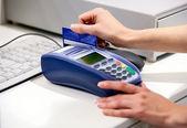 Momento del pagamento con carta di credito attraverso il terminale — Foto Stock