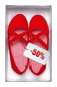 Femmes chaussures rouges avec prix en boîte, isolé sur blanc. avec chemin d'accès. — Photo