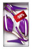 Femmes chaussures violettes avec prix en boîte, isolé sur le chemin de white.with — Photo