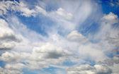 Wolken am blauen himmel werden als hintergrund eingesetzt — Stockfoto