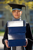 Jeune diplômé femelle avec pile de boîtes — Photo