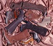 женские коричневые ботинки и сапоги размещены на браун — Стоковое фото