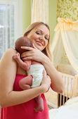 Jonge mooie moeder en pasgeboren baby boy — Stockfoto