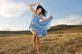 Donna ballando sull'erba — Foto Stock