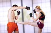 Combatiente de la mujer - patada frontal. autodefensa — Foto de Stock