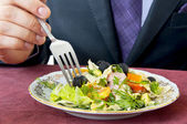 Man essen salat. hand mit gabel closeup — Stockfoto