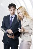 Dva podnikatelé diskutovat v moderní hale — Stock fotografie
