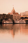 Savannah, Georgia - City hall, steamboats and the river — Stockfoto