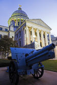 Cannon in front of State Capitol Building in Jackson — Stock Photo
