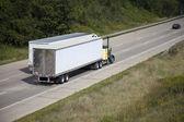 Dos camiones en la carretera — Foto de Stock
