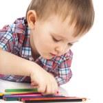 テーブルで小さな男の子を色鉛筆で描画します。 — ストック写真