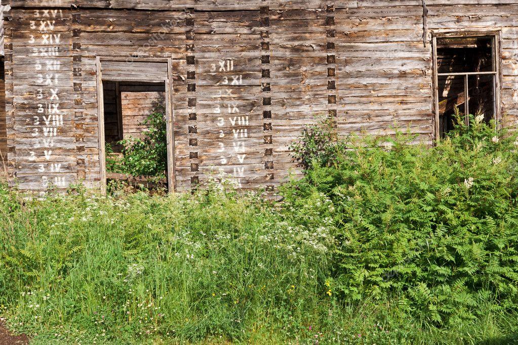 被遗弃的农村木房子,在墙上的数字与失修严重状态— photo by gs