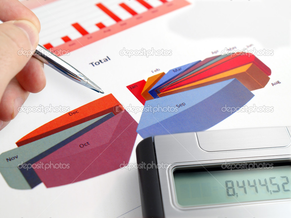 Male hand with pen on pie investment chart with calculator  — Stock Photo #5125672