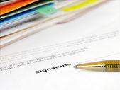 Firma de un contrato. — Foto de Stock