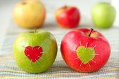 Grönt och rött äpple med — Stockfoto
