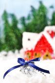 Geschenk liegen im schnee vor dem hintergrund der schneebedeckten haus — Stockfoto