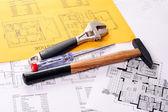 关于房子计划包括锤子、 螺丝起子和猴子扳手工具 — 图库照片