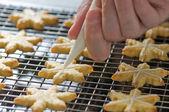 Zwolennik zdobi ciasteczka świąteczne na zasobniku podkład — Zdjęcie stockowe