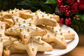 Decorated christmas cookies in festive setting — Stock Photo