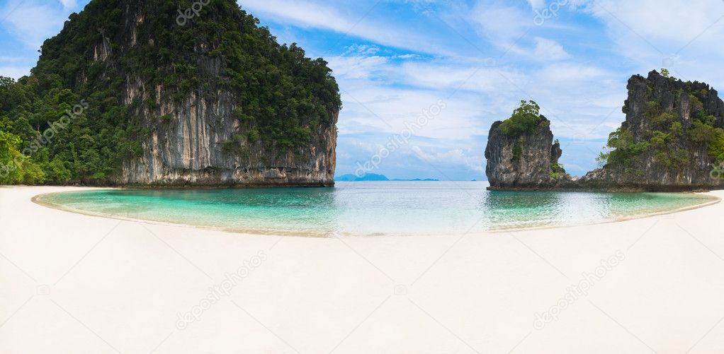 Panoramic view of a white sandy beach in Thailand — Stock Photo #4400659