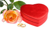 Red yellow rose rings heart shape box — Stock Photo