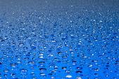 Gouttes d'eau sur une surface brillante — Photo