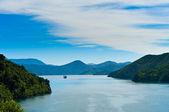 Ferry entrante a través de un fiordo — Foto de Stock