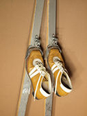 Old ski boots and skis — Stock Photo