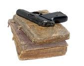 Pistol & biblar — Stockfoto