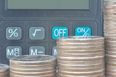 Monedas y calculadora — Foto de Stock