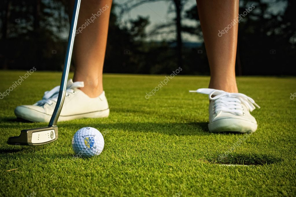 Golf girl putting at green — Foto Stock #4112841