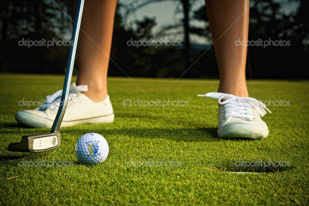 Golf girl putting at green — Stockfoto #4112841
