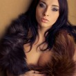 Похоть привлекательным гламур девушка с коричневой Боа — Стоковое фото