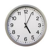 Godzina piąta na białych zegarów ściennych (samodzielnie) — Zdjęcie stockowe