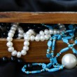 Foto Stock: Jewelry pearls in wooden chest