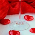 corazones rojos y un vaso de vino tinto — Foto de Stock   #4540003