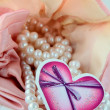 White pearls in a pink bag — Stockfoto
