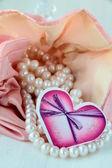 Perle bianche in un sacchetto rosa — Foto Stock