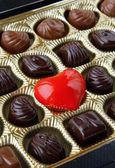 Czekolada z czerwonym sercem — Zdjęcie stockowe