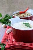 Schalen aus rohem Reis und Chilischoten — Stockfoto