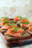 Sandwich with smoked salmon and arugula — Stock Photo
