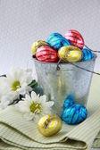 Kepçe çikolata yumurta paskalya tatlılar ile dolu — Stok fotoğraf