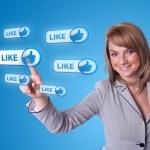 社会的ネットワークのアイコンを押すと女性手 — ストック写真