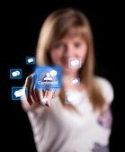 Kobieta naciskając ikonę sieci socian — Zdjęcie stockowe