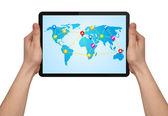 Una mano maschile tenendo un moderno touchpad con mappa sociale — Foto Stock