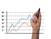 Affärsman rita ett diagram på en glasskärm — Stockfoto